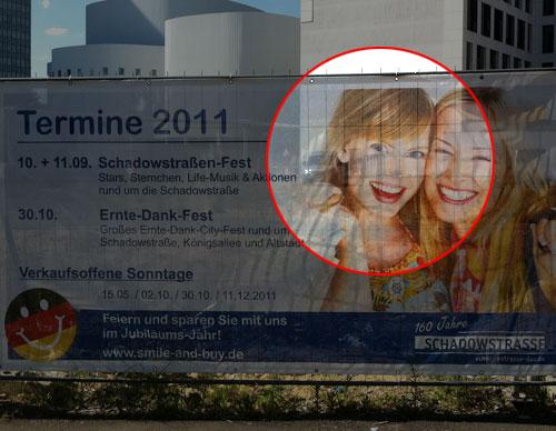 Stock-Images auf einem Plakat der Shadow-Arkaden in Düsseldorf
