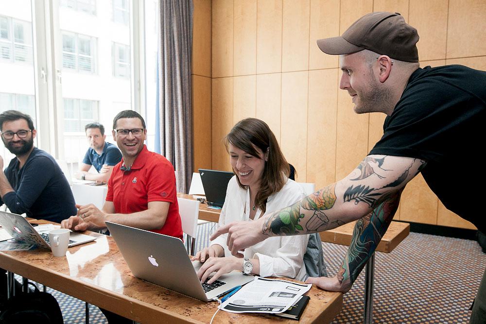 Dozent Jonas Hellwig im Gespräch mit Seminarteilnehmern der Webinale 2016 in Berlin