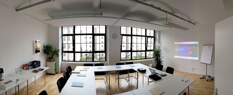 Fotos des Seminarraums im Social Impact Lab Berlin