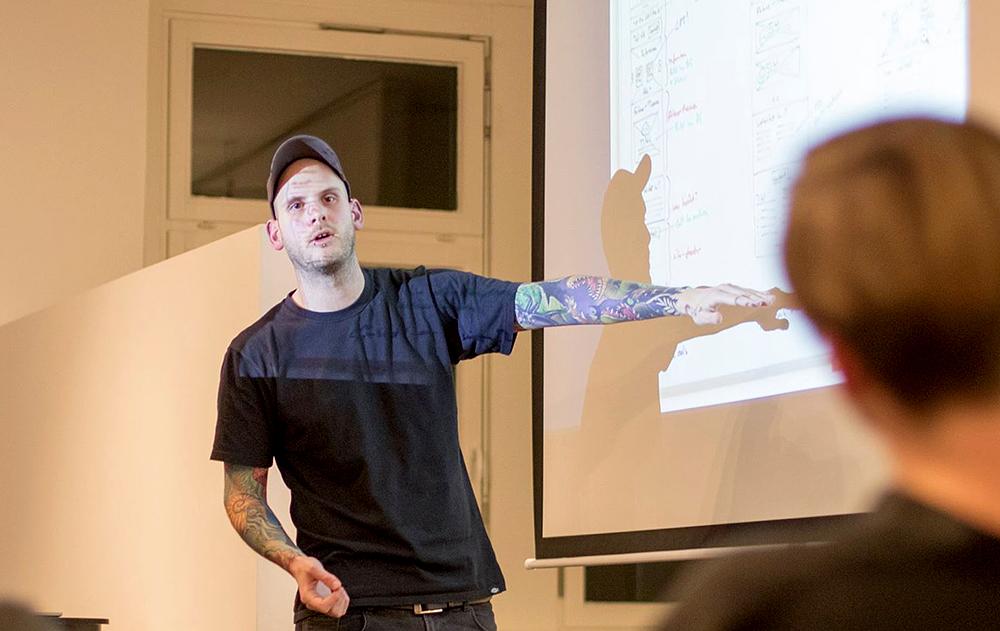 Jonas Hellwig bei einem Vortrag in Hamburg