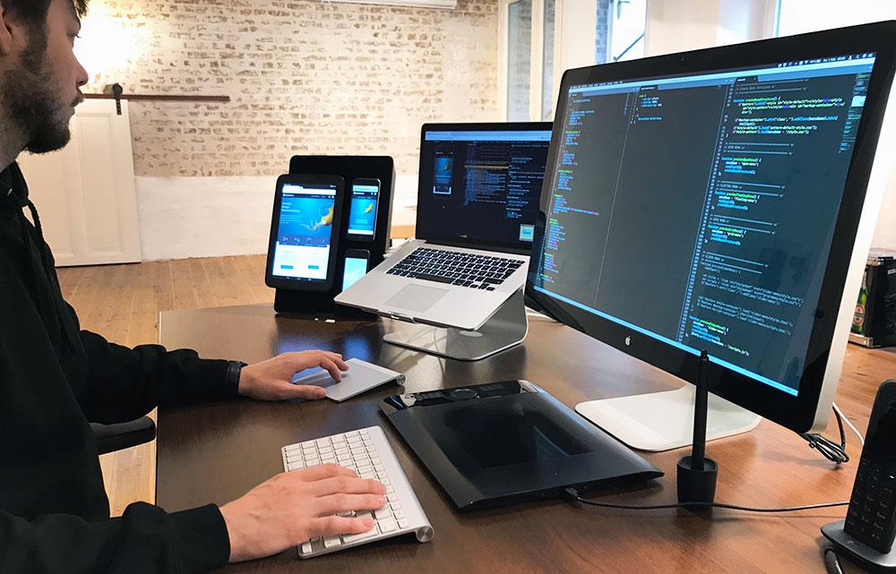 Frontend Design-Arbeitsplatz mit mehreren Monitoren, Smartphones und Tablets in der Responsive Webdesign Agentur »kulturbanause« in Berlin-Kreuzberg