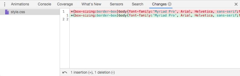 Changes-Tab in Chrome: Rot hervorgehoben sind die gelöschten Befehle, grün die neuen Befehle. Da der Code der hier verwendeten Website komprimiert ist, sind die Anpassungen nicht gut erkennbar.